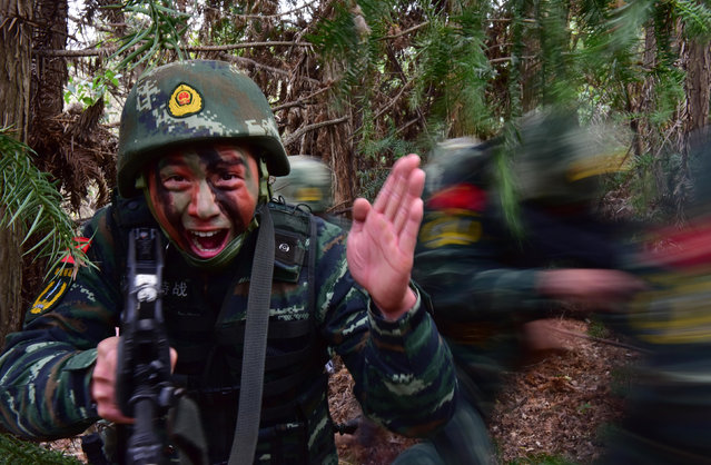 Paramilitary policemen take part in a training in Chaohu, Anhui province, China December 28, 2015. (Photo by Reuters/China Daily)