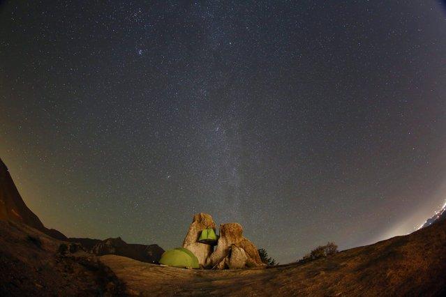 Stars light up the sky above campers, over the rock of Seoraksan Mountain, 250 kilometers northeast of Seoul, South Korea, 30 October 2016. (Photo by Jeon Heon-Kyun/EPA)