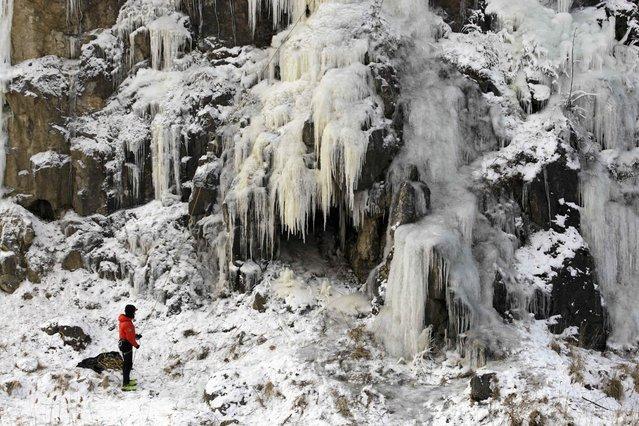 An climber gets ready to ascends the Kadzielnia hill covered in ice near Kielce, Poland January 10, 2017. (Photo by Pawel Malecki/Reuters/Agencja Gazeta)