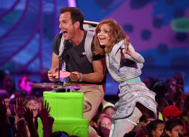 Will Arnett, left, and Jayma Mays present the award for favorite TV show at the 27th annual Kids' Choice Awards at the Galen Center on Saturday, March 29, 2014, in Los Angeles. (Photo by Matt Sayles/Invision/AP Photo)