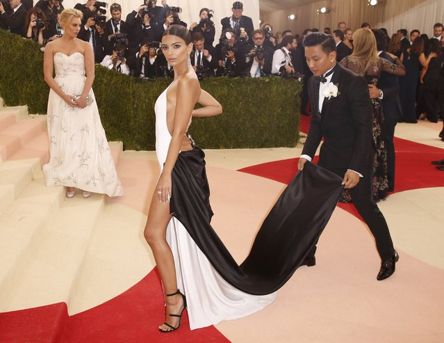 """Model Emily Ratajkowski is helped with her dress as she arrives at the Metropolitan Museum of Art Costume Institute Gala (Met Gala) to celebrate the opening of """"Manus x Machina: Fashion in an Age of Technology"""" in the Manhattan borough of New York, May 2, 2016. (Photo by Lucas Jackson/Reuters)"""