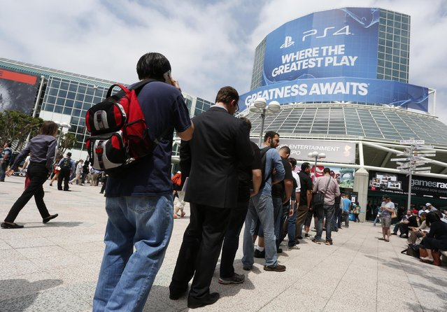 People stand in line to enter the 2014 Electronic Entertainment Expo, known as E3, in Los Angeles, June 10, 2014.  REUTERS/Jonathan Alcorn