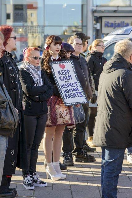 Both pro-immigration and anti-immigration protesters shout slogans in Tornio, Finland October 3, 2015. (Photo by Heikki Saukkomaa/Reuters/Lehtikuva)