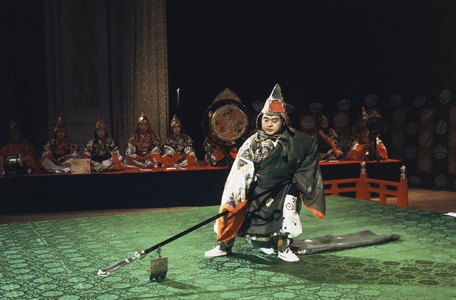 Wielding polearms, a dancer advances in the role of a fierce warriors during dress rehearsal of the Osaka Garyo-Kai Company at New York's Carnegie Hall, October 6, 1978. The company wears the ornate priceless costumes of Bugaku, the ceremonial dance tradition of the Japanese Imperial household. (Photo by Richard Drew/AP Photo)