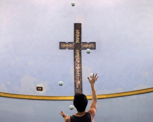 Lucas Aguirre practices his juggling at the Aloft Loft circus training and teaching school which was converted from a church, in Chicago, Illinois, U.S., September 22, 2016. Picture taken September 22, 2016. (Photo by Jim Young/Reuters)