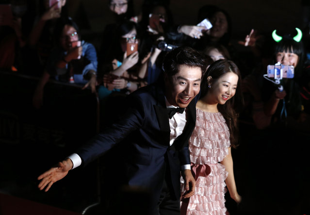South Korean actor Lee Kwan-soo (L) and actress Park Bo-young walk on the red carpet during 2015 Mnet Asian Music Awards (MAMA) in Hong Kong, China December 2, 2015. (Photo by Bobby Yip/Reuters)