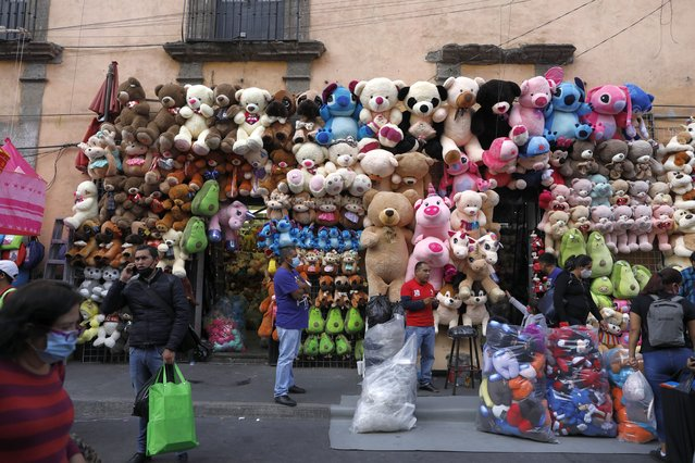 Vendors and shoppers mingle in a commercial district of central Mexico City, Saturday, December 5, 2020. With hospitals once again filling up with COVID-19 patients, Mexico City's mayor on Friday urged people to stay at home as much as possible and authorized checkpoints to limit the number of people entering the capital's colonial-era downtown at one time. (Photo by Rebecca Blackwell/AP Photo)