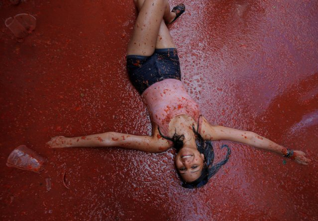 A reveller plays with tomato pulp during the annual Tomatina festival in Bunol, near Valencia, Spain on August 29, 2018. (Photo by Heino Kalis/Reuters)