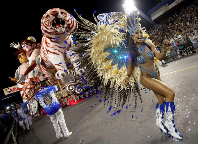 TV hostess Jaque Khury (R), member of samba school Imperio de Casa Verde, takes part in a carnival parade at Anhembi Sambodrome during second day of Brazilian carnival in Sao Paulo, Brazil, early morning 15 February 2015. (Photo by Bosco Martin/EPA)