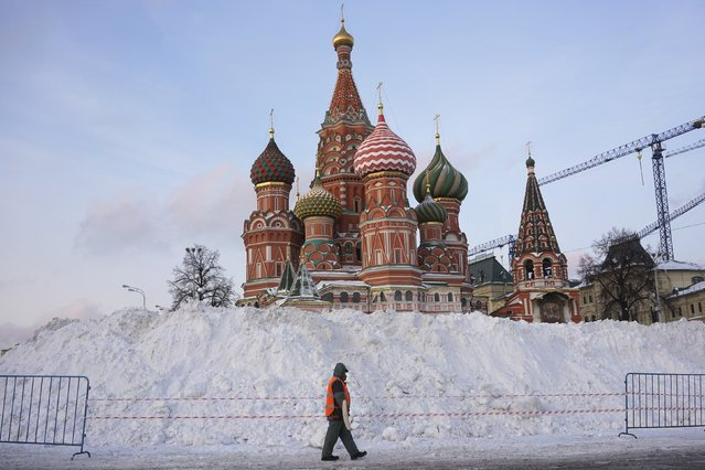 A street sweeper walks past St. Basil's Cathedral at Red Square in Moscow, Russia, January 15, 2016. (Photo by Maxim Zmeyev/Reuters)