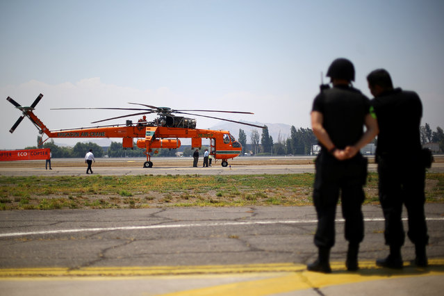 """A fire fighting helicopter """"Sky crane"""" is seen at Santiago's airport after arriving to help to extinguish wildfires in Chile's central-south regions, Chile February 2, 2017. (Photo by Ivan Alvarado/Reuters)"""