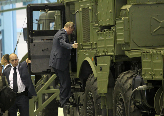 Russian President Vladimir Putin (C) examines a new Surface-to-air missile complex Vityaz, also known as MASM of MRADS, as he visits the Obukhov state plant on June 19, 2013 in in Saint Petersburg, Russia. (Photo by Sasha Mordovets/Getty Images)