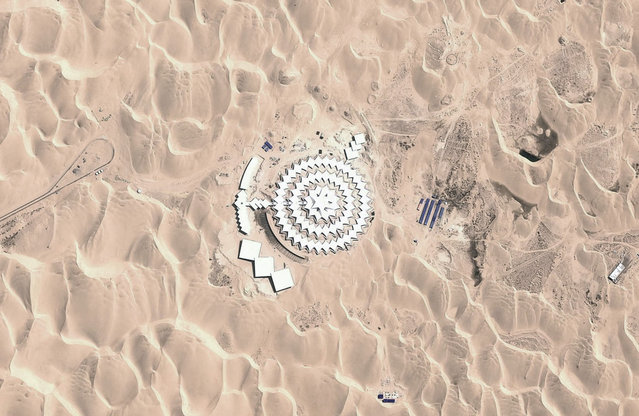 The Desert Lotus Hotel, among the dunes of the Xiangshawan Desert, seen via Google Earth. The looped lines at left are train tracks for a small tourist ride. (Photo by DigitalGlobe/Google, Inc.)