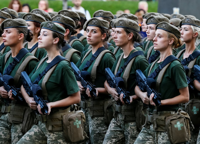 Servicewomen march during a rehearsal for the Independence Day military parade in central Kiev, Ukraine on August 20, 2018. (Photo by Gleb Garanich/Reuters)