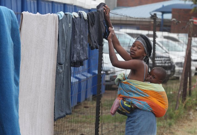 A woman hangs up washing to dry at a shelter for victims of immigrant attacks in Johannesburg, Wednesday, April 22, 2015. No new incidents of violence targeting foreigners were reported overnight in Johannesburg or in the coastal city of Durban, where the attacks began, police said. (Photo by Denis Farrell/AP Photo)