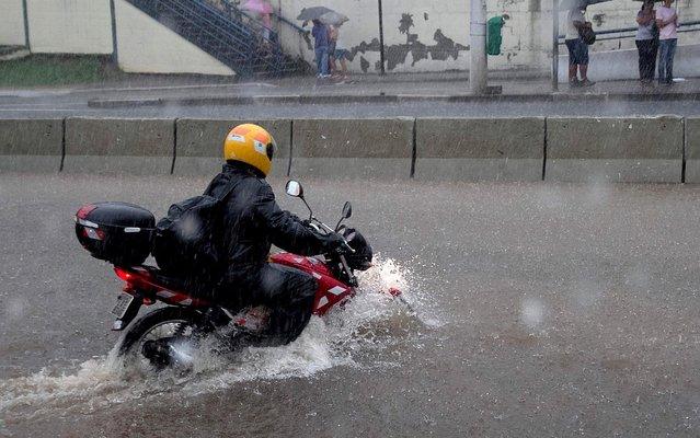 Rain causes flooding on Avenida João Dias, in the southern region of São Paulo, on March 12, 2014. (Photo by Dario Oliveira/Futura Press/Estadão Conteúdo)