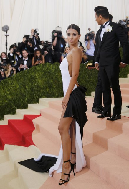 """Model Emily Ratajkowski arrives at the Metropolitan Museum of Art Costume Institute Gala (Met Gala) to celebrate the opening of """"Manus x Machina: Fashion in an Age of Technology"""" in the Manhattan borough of New York, May 2, 2016. (Photo by Eduardo Munoz/Reuters)"""