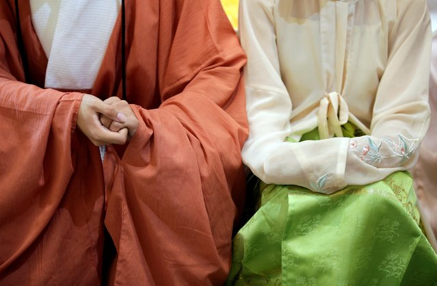 """Hai Zhaohang (L) and Zhao Xueqin dressed in """"Hanfu"""", or Han clothing, attend a performance of the """"guqin"""" traditional musical instrument, an ancient seven-stringed zither, in Beijing, China, August 18, 2019. (Photo by Jason Lee/Reuters)"""