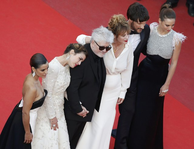 "Director Pedro Almodovar (3rdL), cast members Michelle Jenner, Adriana Ugarte, Emma Suarez, Inma Cuesta and Daniel Grao pose on the red carpet as they arrive for the screening of the film ""Julieta"" in competition at the 69th Cannes Film Festival in Cannes, France, May 17, 2016. (Photo by Eric Gaillard/Reuters)"