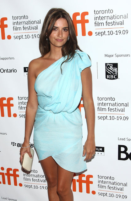 """Actress Penelope Cruz arrives at the Toronto International Film Festival premiere screening of """"Broken Embraces"""" held at the Visa Screening Room at the Elgin Theatre on September 10, 2009 in Toronto, Canada.  (Photo by Alberto E. Rodriguez/Getty Images)"""
