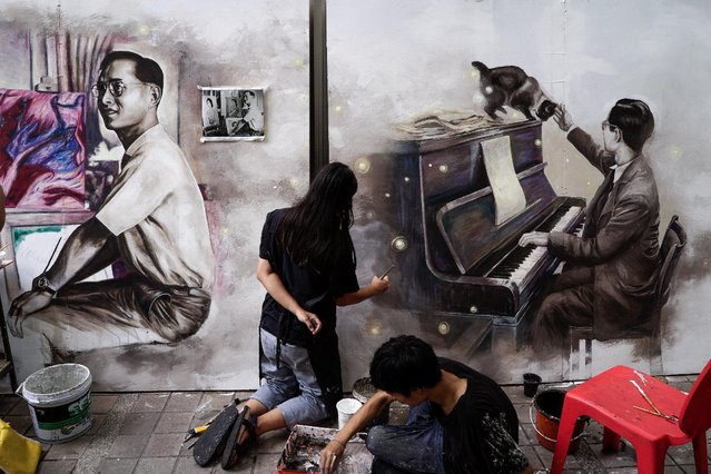 Thai art students paint portraits of Thailand's late King Bhumibol Adulyadej at the Silpakorn University in Bangkok, Thailand, October 17, 2016. (Photo by Athit Perawongmetha/Reuters)