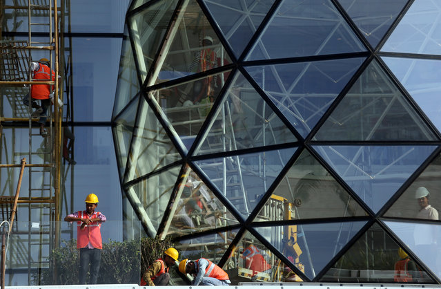 Construction workers install glass on the exterior of Gulita, a bungalow which according to local media will be the marital home of Isha Ambani, daughter of the Chairman of Reliance Industries Mukesh Ambani, in Mumbai, India, December 7, 2018. (Photo by Francis Mascarenhas/Reuters)