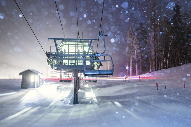 This photo provided by Mammoth Mountain Ski Area shows fresh snow fall over one of the chair lifts at Mammoth Mountain Ski Area in Mammoth Lakes, Calif., Wednesday, January 16, 2019. A Pacific storm that brought fears of dangerous mudslides and a rare blizzard warning in the Sierra Nevada was less fierce than expected but hundreds of homes in fire-scarred California areas remained under evacuation orders as more rain was expected. (Photo by Peter Morning/Mammoth Mountain Ski Area via AP Photo)