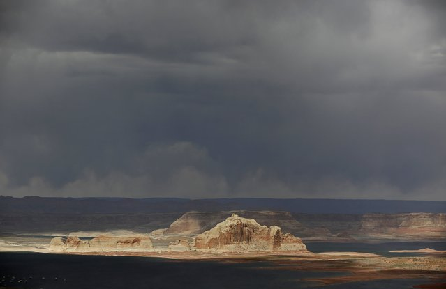 Rain evaporates in the sky before reaching the Colorado River fed Lake Powell outside Page, Arizona, April, 14, 2015. (Photo by Jim Urquhart/Reuters)
