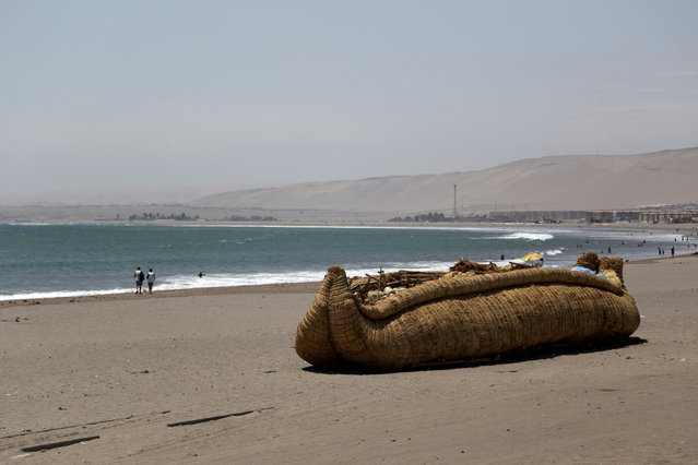 """The """"Viracocha III"""", a boat made only from reeds, is pictured on a beach on the Pacific shores of northern Chile as preparations are made before it travels to Australia on an estimated six-month journey, in Arica, Chile February 14, 2017. (Photo by Ibar Silva/Reuters)"""