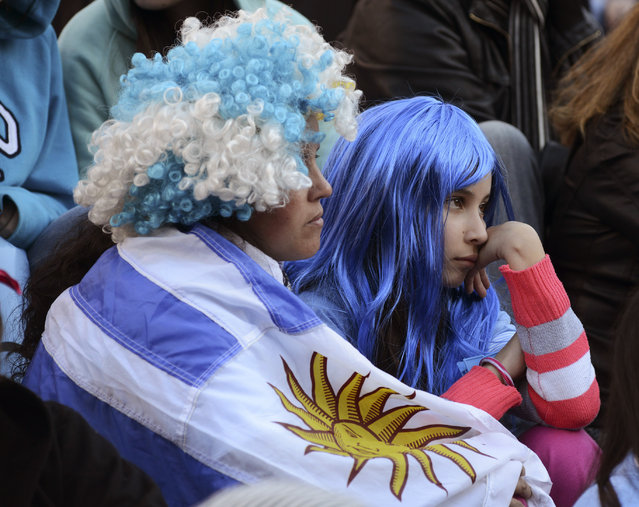 Uruguayan soccer fans watch an open air broadcast of the 2014 World Cup Group D soccer match between Costa Rica and Uruguay in Montevideo June 14, 2014. (Photo by Carlos Pazos/Reuters)