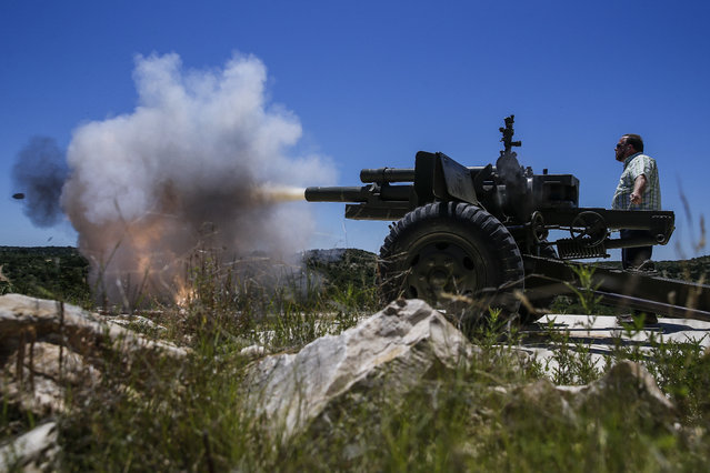 In this May 24, 2017, photo, GBrett Jones fires a 105mm Howitzer WWII Artillery Piece round downrange during an Allies and Axis all-day DriveTanks.com experience at Ox Ranch. (Photo by Michael Ciaglo/Houston Chronicle via AP Photo)