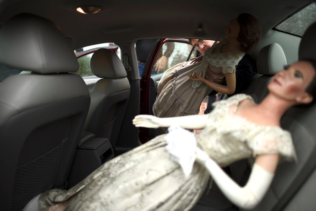 John Buchhesiter, 46, loads wax figures of First Ladies Abigail Fillmore and Julia Grant to his car after purchasing them from an auction of the Hall of Presidents Museum, which closed in November, in Gettysburg, PA, Pennsylvania, U.S. January 14, 2017. (Photo by Mark Makela/Reuters)