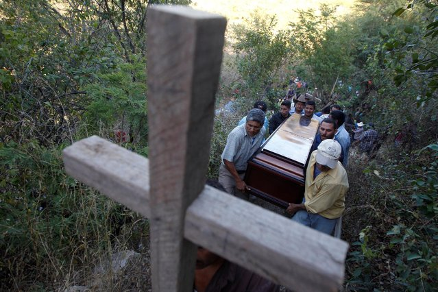 Relatives of a victim of a bus crash carry a coffin while arriving to a cemetery for his funeral service in the municipality of San Miguelito, on the outskirts of Tegucigalpa, Honduras, February 6, 2017. (Photo by Jorge Cabrera/Reuters)