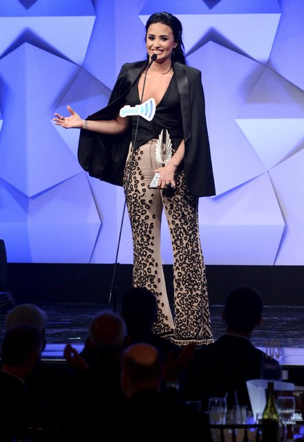 Demi Lovato accepts the Vanguard Award during the 27th annual GLAAD Media Awards in Beverly Hills, California April 2, 2016. (Photo by Phil McCarten/Reuters)