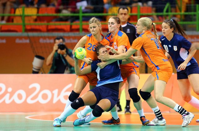 Rocio Campigli (with ball) of Argentina is surrounded by players from the Netherlands during their women's handball game, at the 2016 Rio Olympics, August 8, 2016. (Photo by Antonio Bronic/Reuters)