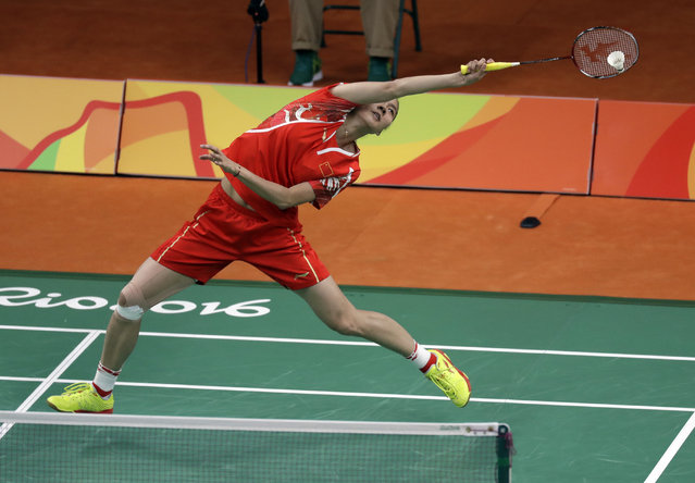 China's Wang Yihan returns a shot against Ireland's Chole Magee during a women's badminton match at the 2016 Summer Olympics in Rio de Janeiro, Brazil, Thursday, August 11, 2016. (Photo by Kin Cheung/AP Photo)