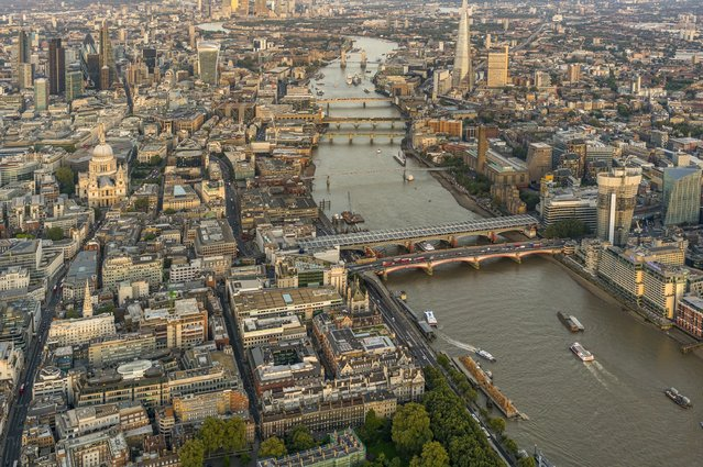 Jeffrey Milstein captured these stunning images through the door of a helicopter hovering over central London. (Photo by Jeffrey Milstein/Rex Features/Shutterstock)