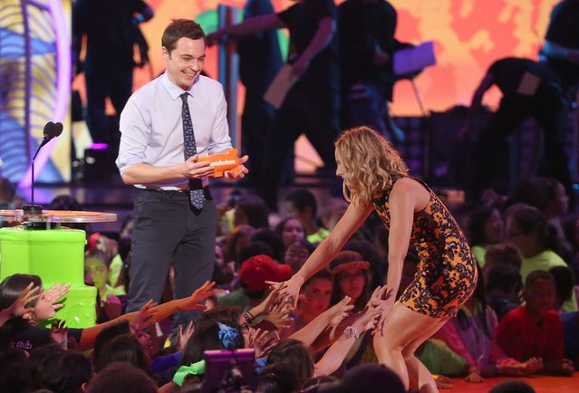 Jim Parsons, left, presents the award for favorite animated movie to Kristen Bell at the 27th annual Kids' Choice Awards at the Galen Center on Saturday, March 29, 2014, in Los Angeles. (Photo by Matt Sayles/Invision/AP Photo)