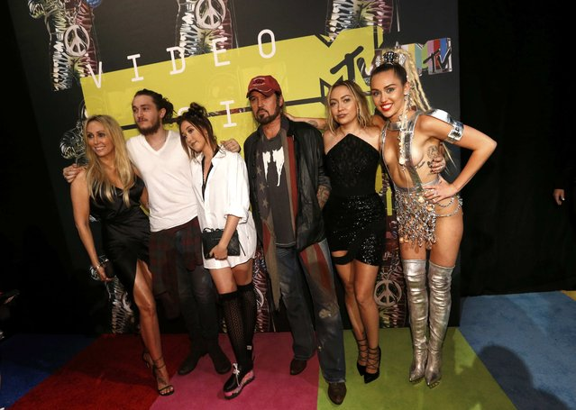 (L-R) Producer Tish Cyrus, actors Braison Cyrus, Noah Cyrus, recording artist Billy Ray Cyrus, actress Brandi Glenn Cyrus and show host Miley Cyrus pose as they arrive at the 2015 MTV Video Music Awards in Los Angeles, California August 30, 2015. (Photo by Mario Anzuoni/Reuters)