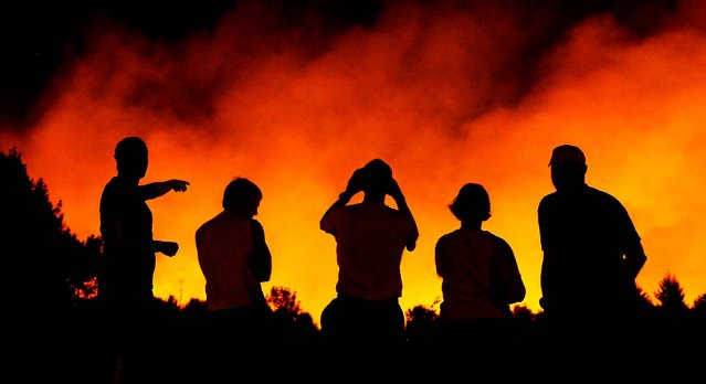 Neighbors gather in Corvallis, Oregon, to watch a growing blaze, on September 5, 2014. Firefighters battled a fast-moving brush fire estimated at about 100 acres near Chip Ross Park and the Timberhill neighborhood in north Corvallis. (Photo by Jesse Skoubo/The Corvallis Gazette-Times)