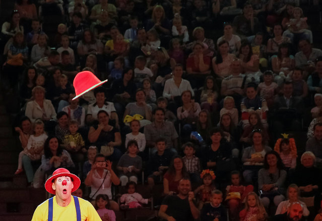 """A clown performs during """"The extreme arena"""", a new programme, at the National Circus in Kiev, Ukraine, September 15, 2016. (Photo by Gleb Garanich/Reuters)"""