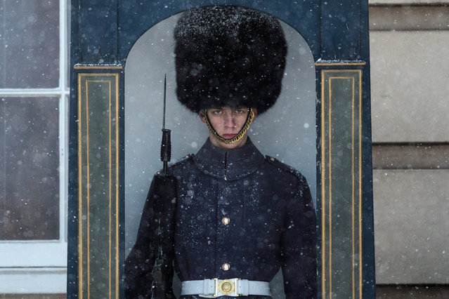 "A guard stands in a guard box in front of Buckingham Palace during a snow flurry on February 26, 2018 in London, United Kingdom. Freezing weather conditions dubbed the ""Beast from the East"" brings snow and sub-zero temperatures to the UK. (Photo by Jack Taylor/Getty Images)"