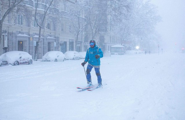 A man skis amid a heavy snowfall in Madrid on January 9, 2021. Heavy snow fell across much of Spain, leaving huge areas blanketed in white as Storm Filomena brought wintry weather not seen in decades to the Iberian peninsula. (Photo by Benjamin Cremel/AFP Photo)