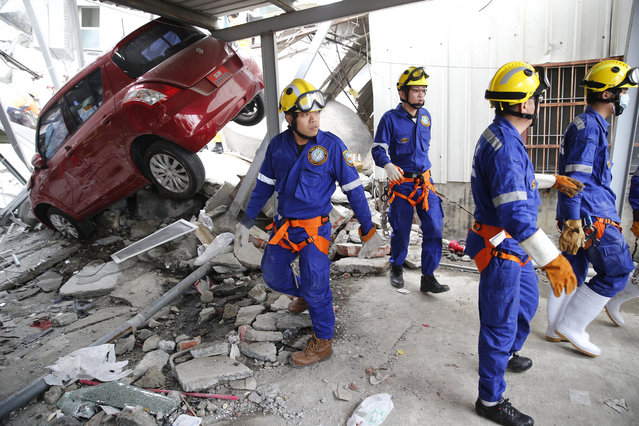 Rescue workers search a collapsed building from an early morning earthquake in Tainan, Taiwan, Saturday, February 6, 2016. (Photo by Wally Santana/AP Photo)