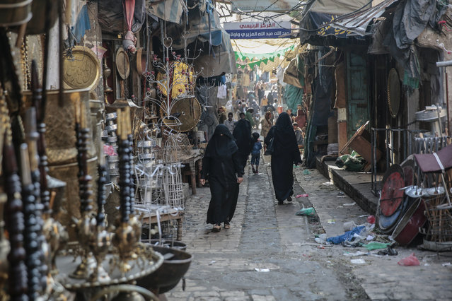 Yemenis walk through market in the old city of Sanaa, Yemen, Tuesday, December 11, 2018. (Pgoto by Hani Mohammed/AP Photo)