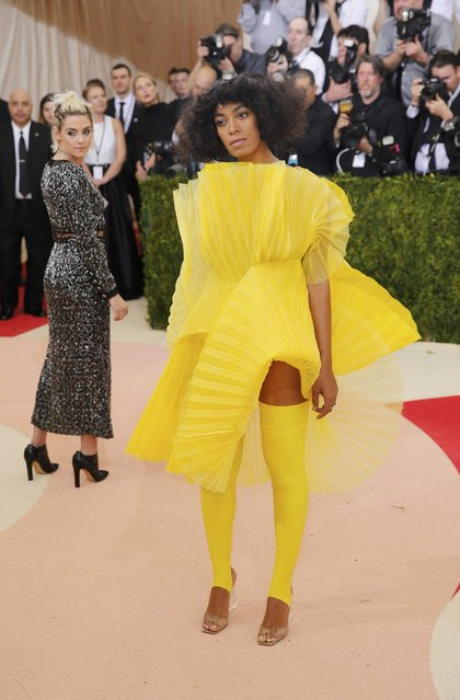 """Singer Solange Knowles (R) and Actress Kristen Stewart (L) arrive at the Metropolitan Museum of Art Costume Institute Gala (Met Gala) to celebrate the opening of """"Manus x Machina: Fashion in an Age of Technology"""" in the Manhattan borough of New York, May 2, 2016. (Photo by Eduardo Munoz/Reuters)"""