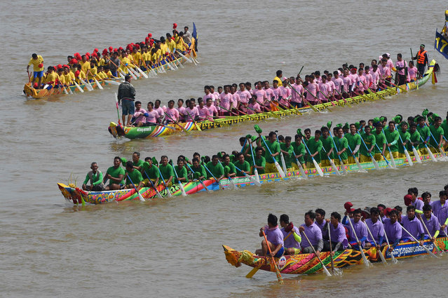 Cambodian participants row their dragon boats during the Water Festival on the Tonle Sap river in Phnom Penh on November 10, 2019. (Photo by Tang Chhin Sothy/AFP Photo)