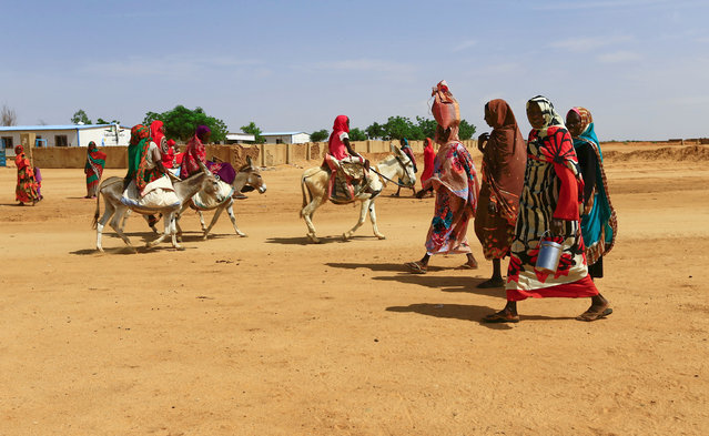 Women walk to the market in Abu Shock IDPs camp in Al Fashir, capital of North Darfur, Sudan, September 6, 2016. (Photo by Mohamed Nureldin Abdallah/Reuters)