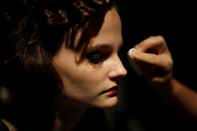 A model is prepared backstage before the Valentim Quaresma Spring/Summer 2017 collection show during Lisbon Fashion Week in Portugal October 8, 2016. (Photo by Rafael Marchante/Reuters)