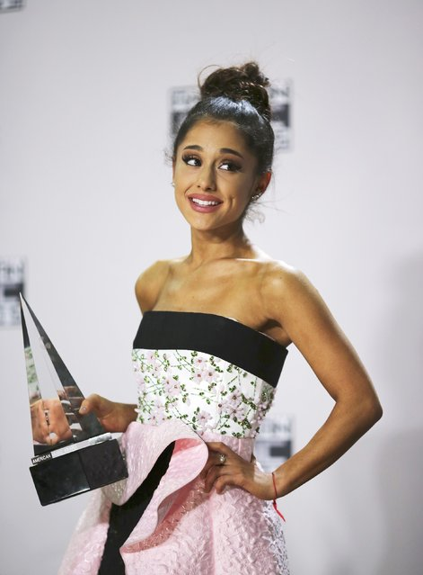 Singer Ariana Grande poses backstage with her award for Favorite Female Artist Pop/Rock during the 2015 American Music Awards in Los Angeles, California November 22, 2015. (Photo by David McNew/Reuters)